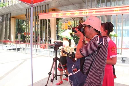 摄影爱好者拍摄广场舞表演.jpg