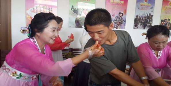"""吉林:民兴社区进军营 腌菜、联欢庆""""八一"""""""