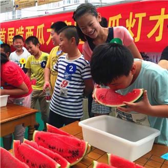 凤阳一村社区开展啃西瓜暨才艺比拼赛