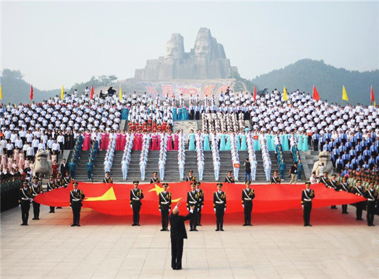 郑州近4万人黄河岸边齐唱《保卫黄河》