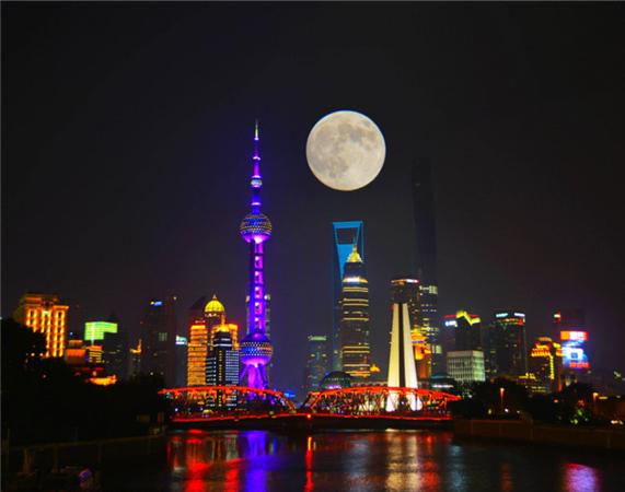 上海:明月高挂东方明珠电视塔上方