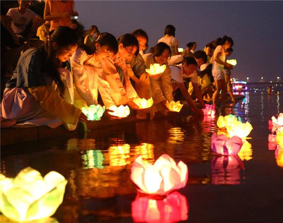 湖南大学生穿汉服放河灯