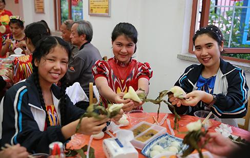 包粽子挂蛋兜 百步亭文卉苑牵手新疆班学生迎端午