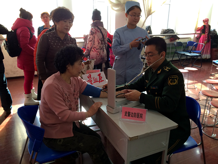 王殿海党员服务队免费为辖区居民号脉、量血压.JPG