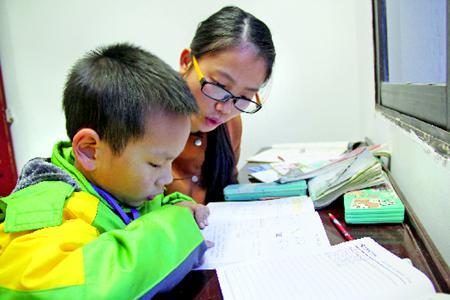 放学后,广惠社区爱心辅导站的老师辅导孩子做作业。.jpg