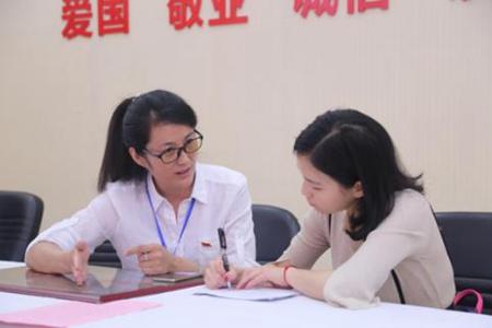 (八一社区书记李娟接受中国社区网记者采访).jpg