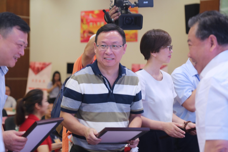 爱社区发展(武汉)股份有限公司赵越总经理上台接受捐赠证书.JPG