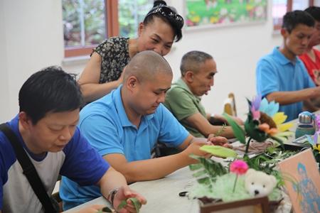 李素丽点赞阳光家园的学员,鼓励他们快乐生活.JPG