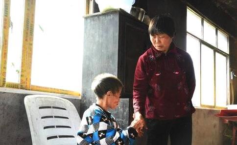 邬玉霞给刘思强洗脸。图片来源:大众网.jpg